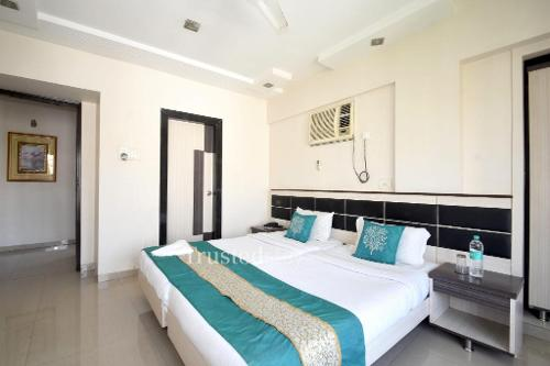 Service Apartments in Mumbai, Andheri East - Deluxe Bedroom