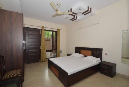 Book Service apartment in Delhi | Jail road | Hari Nagar - Bedroom
